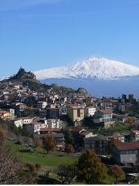 Il Comune di Cesarò con l'Etna sullo sfondo