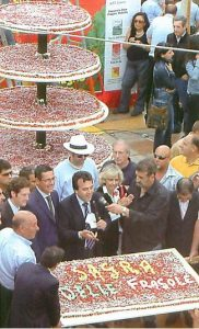 Il taglio della torta nella sagra delle fragole a Maletto