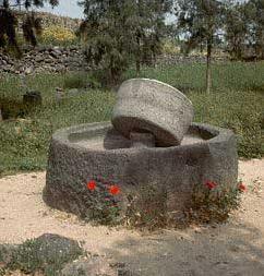 Macina antica in pietra lavica dell'Etna