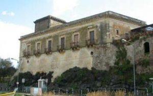 Palazzo antico sul lungomare di Giardini Naxos