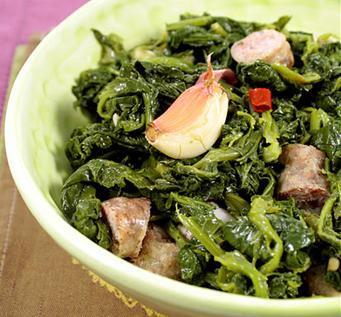 Verdure selvatiche con salsiccia e aglio