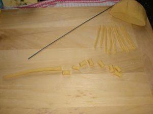 Preparazione dei maccherroni di casa con il buco