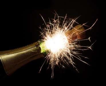 Fuochi d'artificio di San Silvestro per festeggiare capodanno con lo champagne