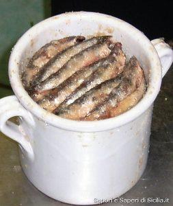 Barattolo con acciughe sotto sale
