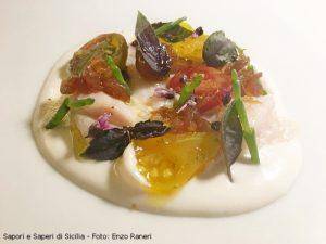 Ricciola cotta in olio con crema di mandorle, pomodori gialli neri e rossi, scalogno marinato