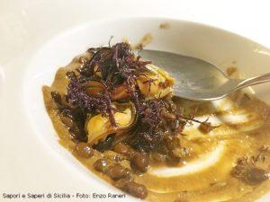 Cozze schiodate, lenticchie cotte in brodo di vitello, crema di cozze e alga mauro