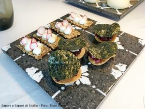 Crackers con ficu e ravanello Tacos con ceviche di dentice e alga nori