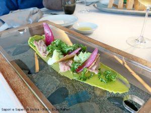 Insalata di palamita, broccolo romano, cipolla rossa marinata, crema di pistacchio, tegola di farina di timilia e insalatina al profumo di griglia.