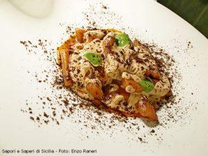 NORMA: maccheroni di pomodoro, salsa di ricotta infornata, polvere di melanzane e pesto al basilico