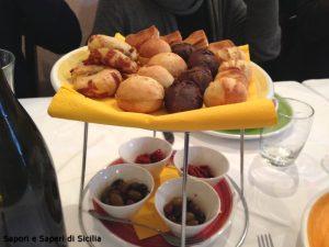 """Selezione dei paninetti dello Chef con farina di grano duro, di carrubba, """"paninetti cunzati"""", scaccia e cucciddati ragusani con pomodorino Siccagno della Valledolmo"""