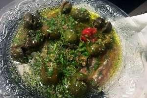 Insalata di acciughe salate e olive in salamoia
