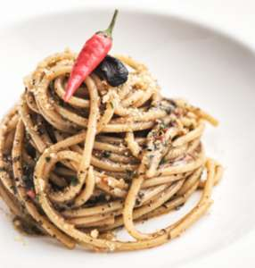 Spaghetti con aglio, olio ,peperoncino e pane secco